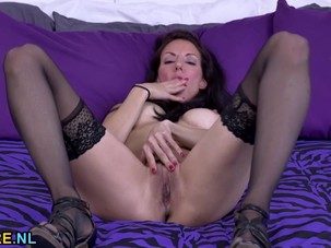 Brunette MILF masturbating in..