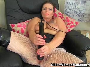 British milf Sam works her clit..