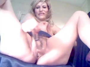 Mature amateur bitch toys her..