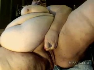 Super size woman play wet cunt